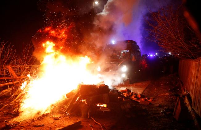 烏克蘭從武漢撤僑回來的民眾,前往小鎮新桑扎里(Novi Sanzhary)的地方醫院進行隔離,但卻遭到憤怒鄉民包圍攻擊。(路透)