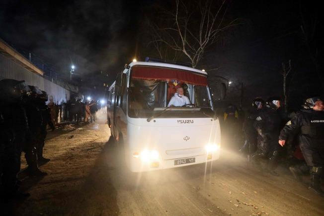 飽受驚嚇後,終於進入隔離中心的82名被隔離者,卻也發現烏克蘭政府「根本沒有整備好隔離設施」,像是隔離房的門板破洞、鎖壞掉關不上門,「雖然大家願意配合,但真的不太確定這樣的『隔離』方式,真的不會有問題?」(Getty Images)