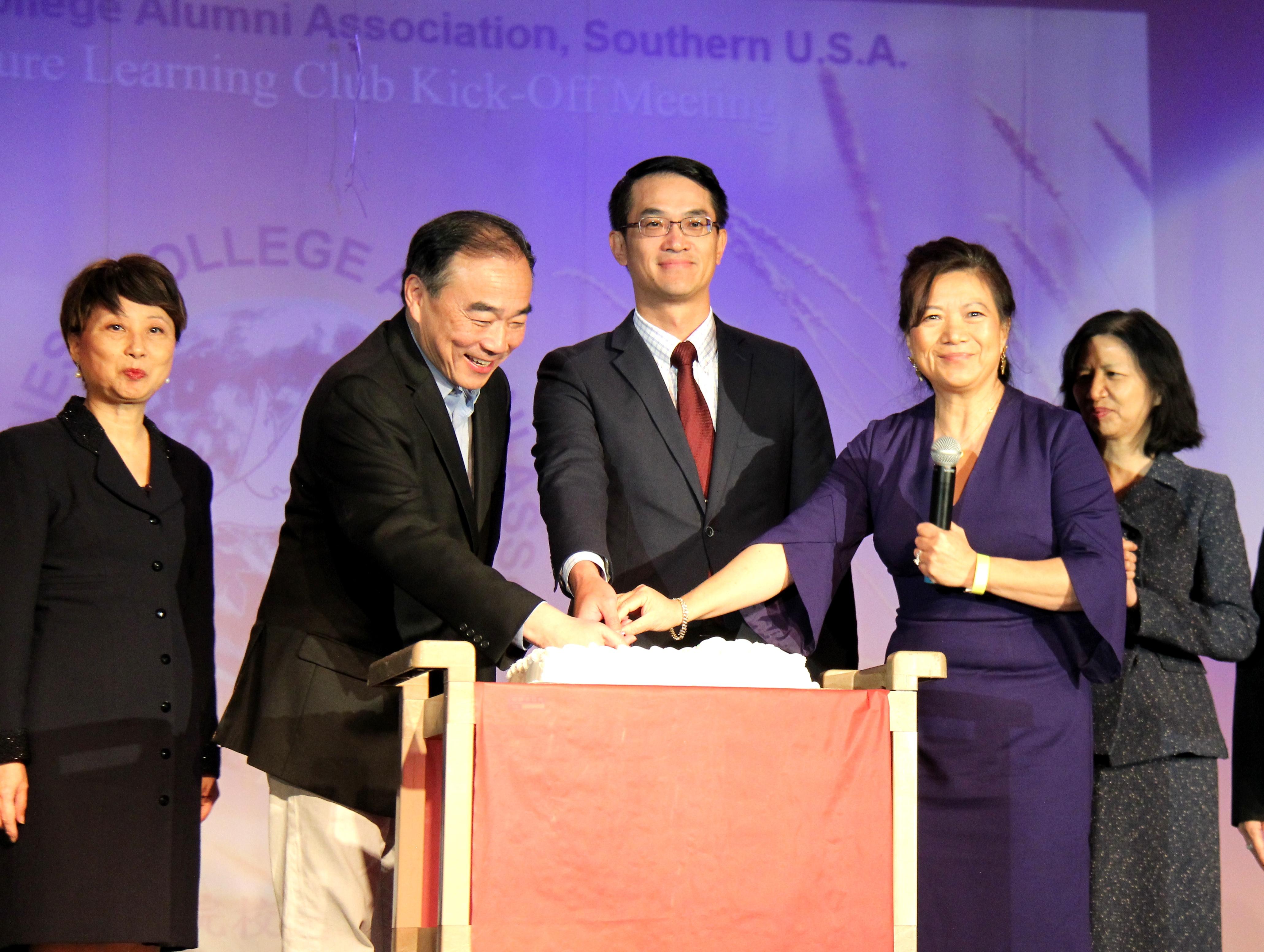謝家鳳(從左到右),林昭亮,陳家彥,周芝陽和陳奕芳台上合影。(記者盧淑君/攝影)