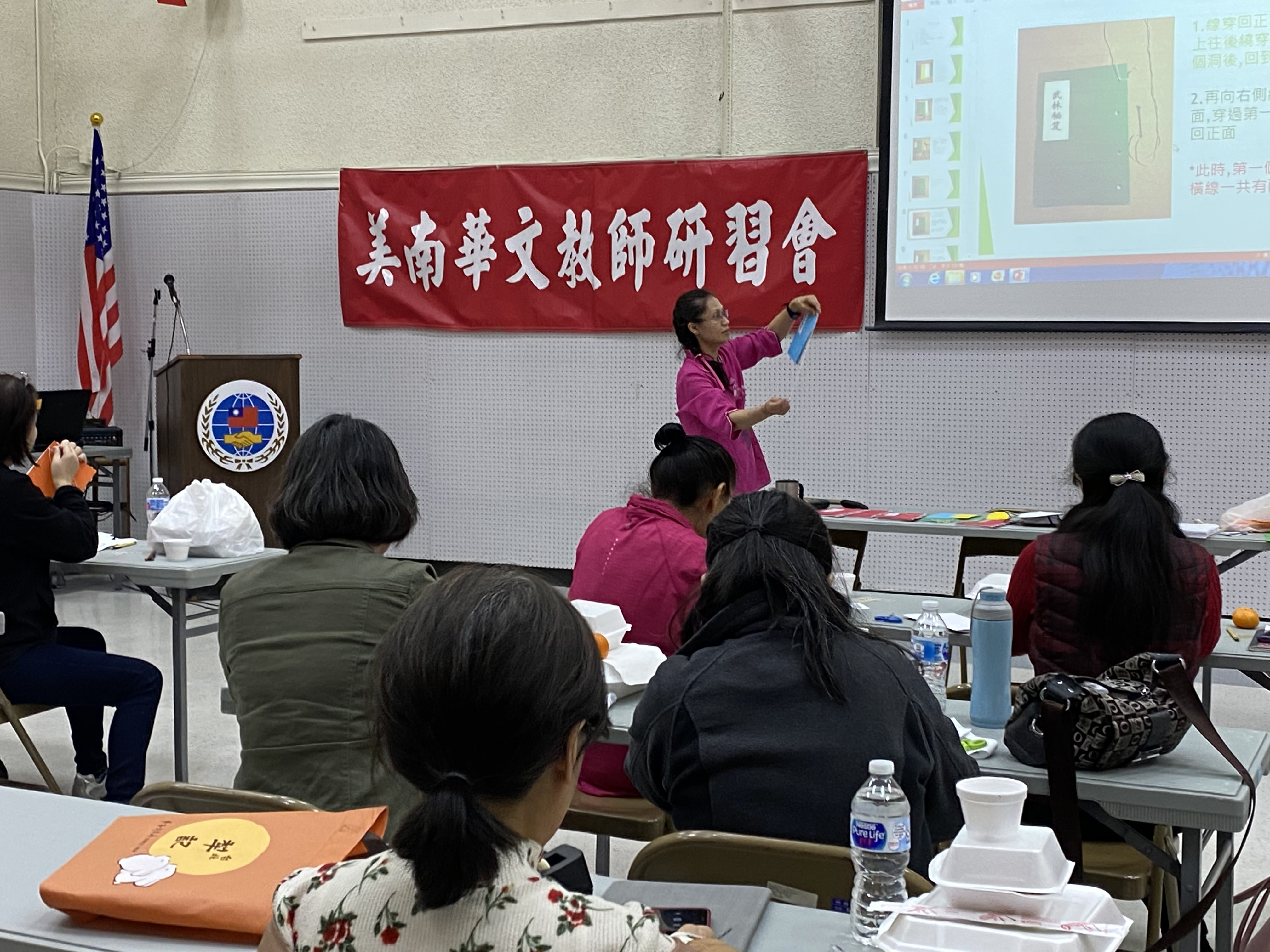 戴壽美介紹線裝書的製作及紙藝文化情形。(文教中心提供)