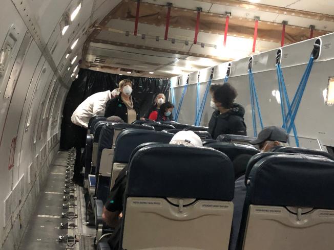 鑽石公主號郵輪美籍乘客17日搭乘美國政府包機返美。路透