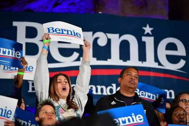 參議員桑德斯在內華達州初選大幅領先,圖為選前之夜桑德斯的支持在在賭城集結。(Getty Images)