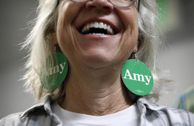 參議員柯洛布查的支持者把她的名字當耳環戴上。(美聯社)