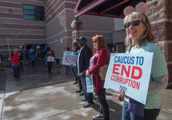 義工手持「結束腐敗」標語,希望推出一位候選人把川普拉下馬來。(Getty Images)