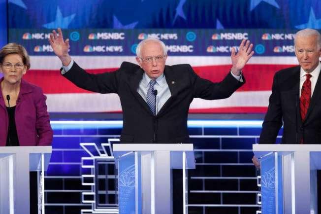 桑德斯在內華達初選前夕的總統辯論中發言。右邊是白登,左邊是華倫。(Getty Images)