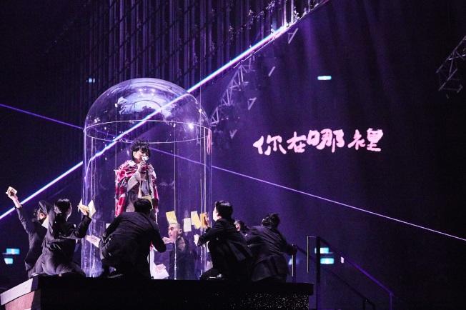 此次吳青峰在台北小巨蛋開唱,舞台設計下了許多功夫,特地打造四面台。(中央社)