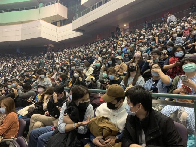 台灣歌手吳青峰一連2天舉辦個人巡迴演唱會「太空備忘記2020」,不受新冠肺炎疫情影響,依然售出9成門票。(中央社)
