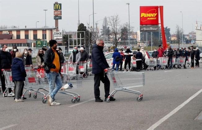 義大利政府22日下令封鎖境內11座城鎮。成千上萬義大利人紛紛繃緊神經,為可能持續數周的隔離措施做準備。(路透)