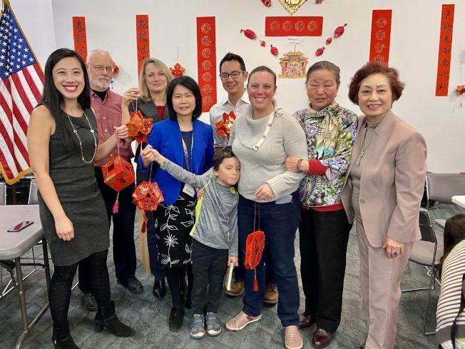 華人家長會教做燈籠 各族裔學生家長熱情參與