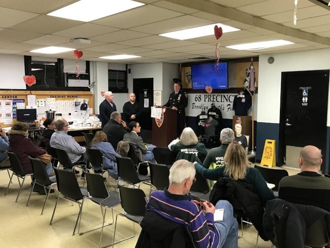 市警68分局日前召開警民會,呼籲卡車司機勿違規停居民區,否則將收到罰單。(68分局提供)