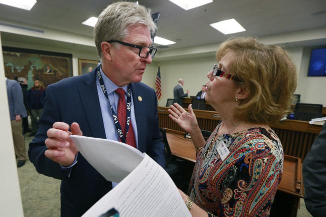 維州理工2007年槍案受害學生的母親蘿莉·哈斯(右)與州府官員討論限槍法案。(美聯社)