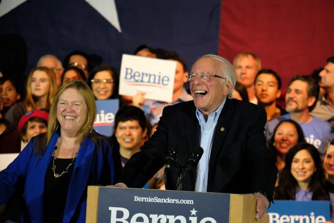 佛蒙特州參議員桑德斯(右)目前是初選領跑者,他與夫人22日在內華達州初選大勝後,當天轉往德州拜票,準備3月3日德州「超級星期二」初選日。(美聯社)