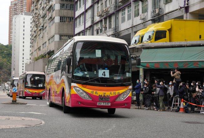 香港23日新增4宗確診個案,累計確診個案達74宗,第71宗確診患者為是「鑽石公主號」返港的68歲男子。24日最新消息指,再有兩名女子初步確診。圖為郵輪上的首批港人20日乘坐專車抵達位於火炭駿洋邨的檢疫中心,接受14天的檢疫觀察。(中通社)