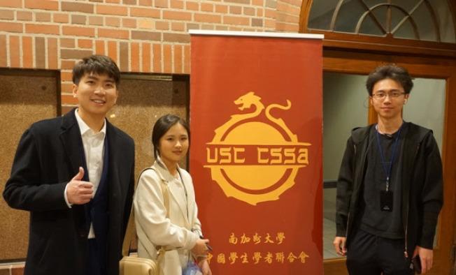 南加州大學中國學生學者聯誼會(USC-CSSA)主席賈海航,和總導演袁愷澤(右)、執行導演吳思雨(中)。(全美中華青年聯合會提供)