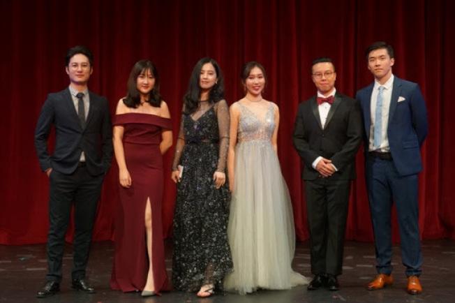 晚會的六位主持人。(全美中華青年聯合會提供)