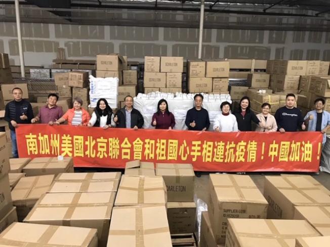 南加州美國北京聯合會的義工們連日來奮戰在物流倉庫,協助將救援物資運往中國大陸。(美國北京聯合會提供)