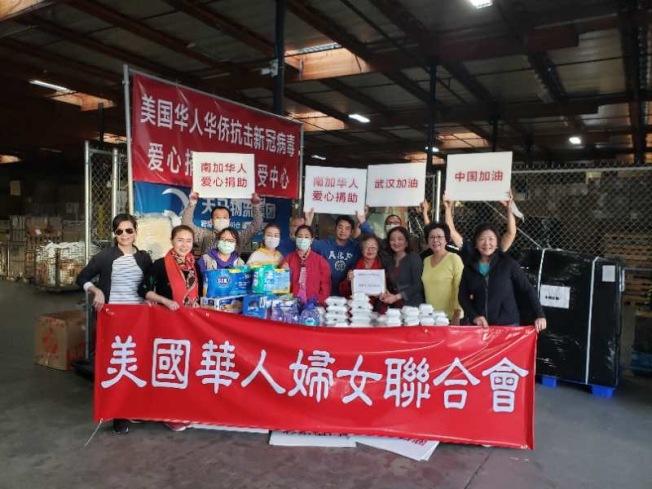 美國華人婦女會的義工們將口罩等物資送往物流倉庫,爭取第一時間將物資運往中國大陸。(美國華人婦女會提供)
