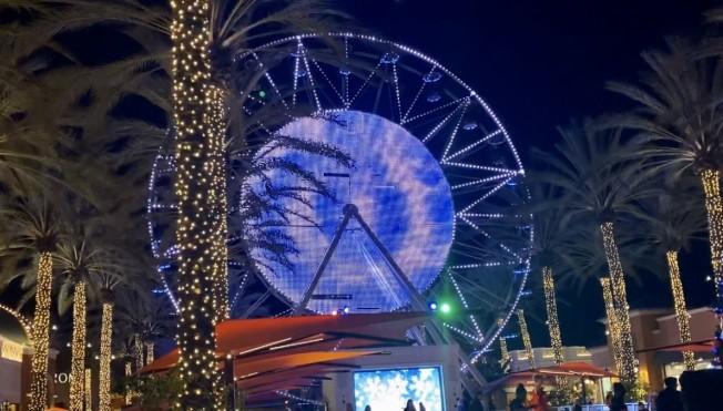 爾灣廣譜購物娛樂中心夜景。(記者尚穎/攝影)