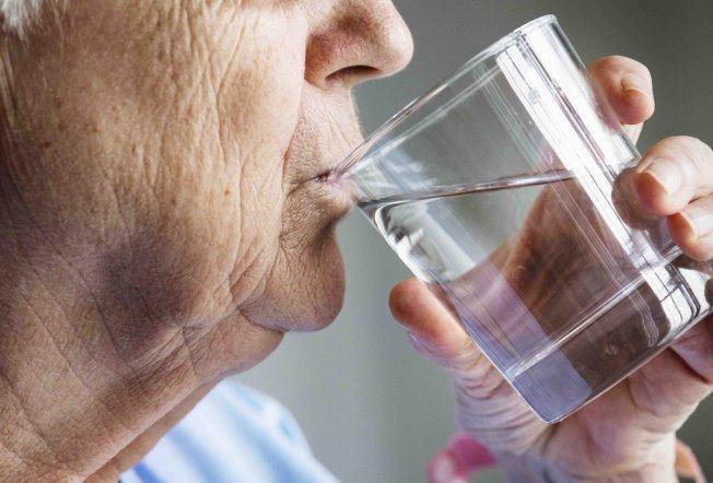 經過幾個小時的睡眠,早上起床就喝水,不僅能為身體解渴,還能幫助消化與新陳代謝。(取自推特)