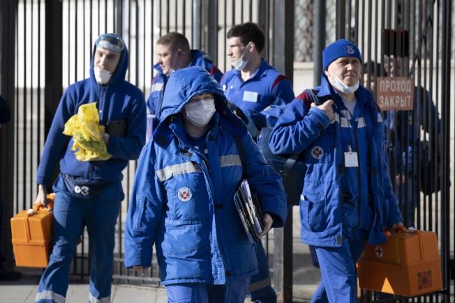 俄羅斯莫斯科Kievsky車站21日傳出一名疑似感染病毒患者下了火車,救護人員趕到火車站追查。(美聯社)