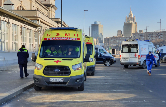 俄羅斯莫斯科Kievsky車站21日傳出一名疑似感染病毒患者下了火車,救護人員在全市大街設點追查。(美聯社)