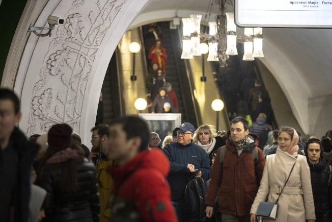 莫斯科市府下達嚴令,追蹤滯留市內的中國人,包括突檢市內旅館酒店、啟動臉孔識別等。圖左上方為莫斯科市地鐵系統的監視攝像機。(美聯社)