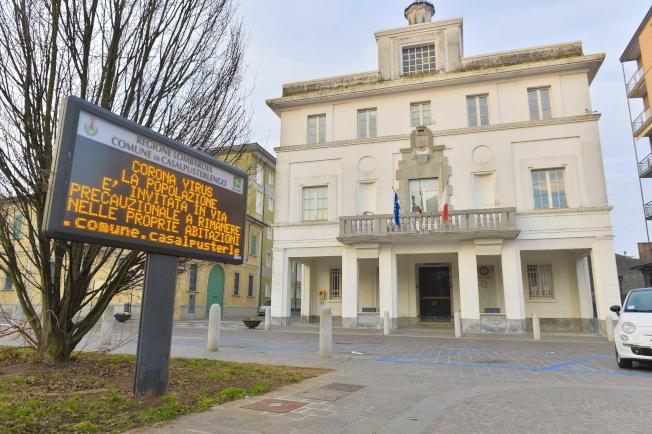 提心被傳染病毒,義大利北部小城卡薩布斯特林戈23日空無一人。(歐新社)