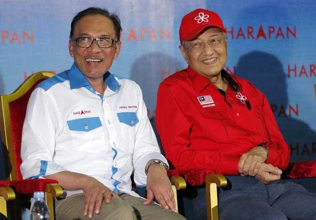馬來西亞總理馬哈迪(右)傳將另組新政府,不願交棒給安華(左)。美聯社