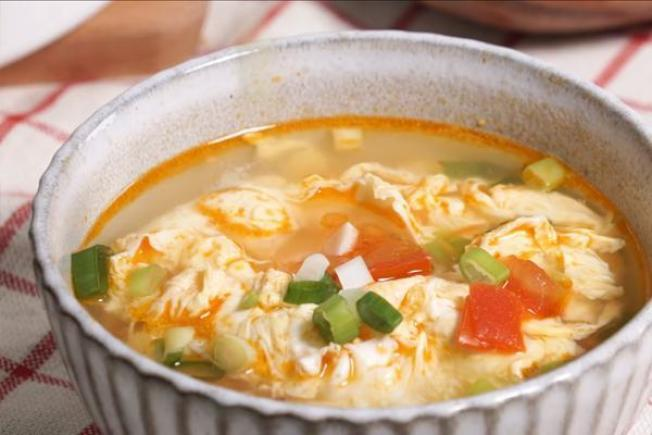 番茄先炒香,可讓番茄蛋花湯的湯頭更加濃郁好喝! 圖/台灣好食材李玉玓