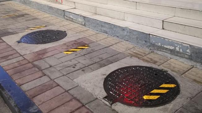 「為了大家的安全,請保持1.5米的安全距離…」圖為規定的「排隊距離」。(取材自大河網)