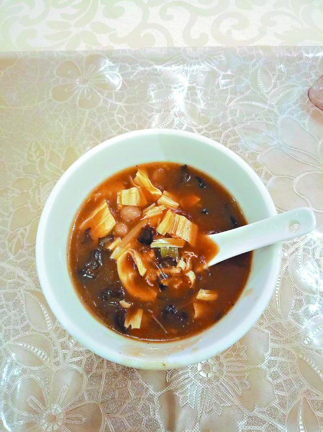 大排長龍,就是為了這碗「胡辣湯」。(本報資料照片)