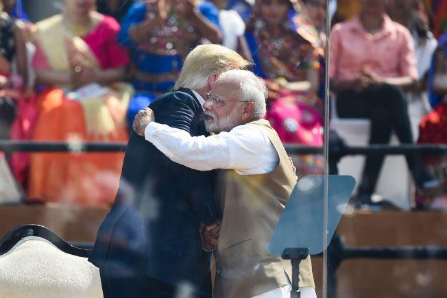 美國總統川普24日在集會上跟印度總理莫迪熱情相擁。(Getty  Images)