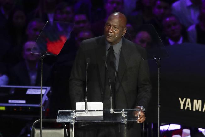 職籃NBA前球星喬丹24日在洛杉磯史泰博中心舉行的追悼會致辭悼念柯比‧布萊恩特時,難過落淚。(美聯社)