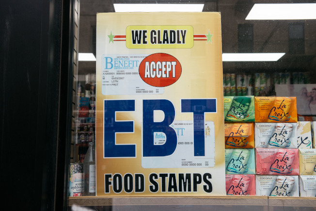 川普政府對「使用公共福利」的移民,限制其取得綠卡和入籍的法規已於24日生效。圖為商店掛出接受糧食券的標示。(Getty Images)