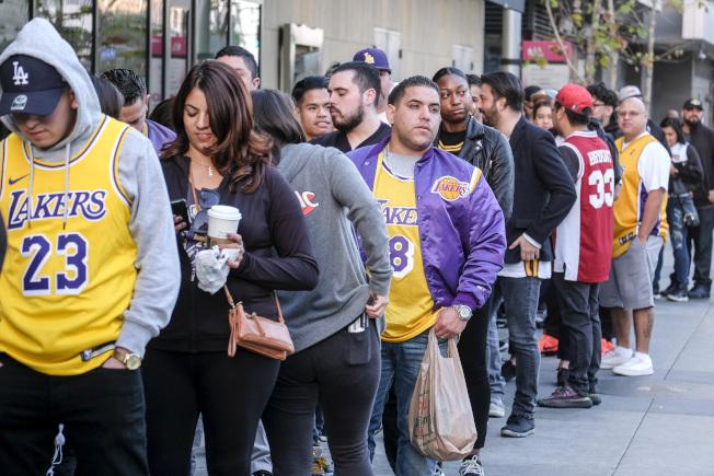 洛杉矶史泰博中心24日举行柯比‧布莱恩特公开追悼会,许多民众排队入场。(美联社)