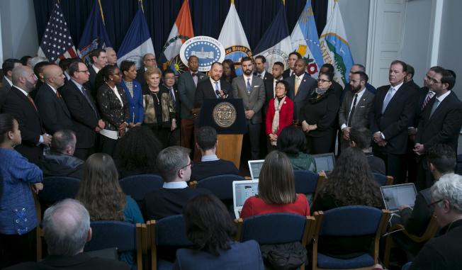 張晟(發言者)表示,整修計畫為紐約人重建理想家園的良機。(市議會提供)