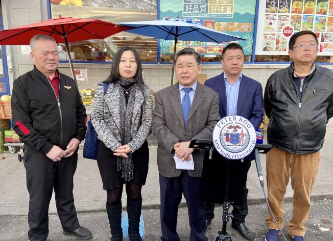 顧雅明(中)、吳曉永(右二)、李熙慶(右一)、楊旻雯(左二)等呼籲華人不要聽信謠言、不要傳播謠言。(記者朱蕾/攝影)
