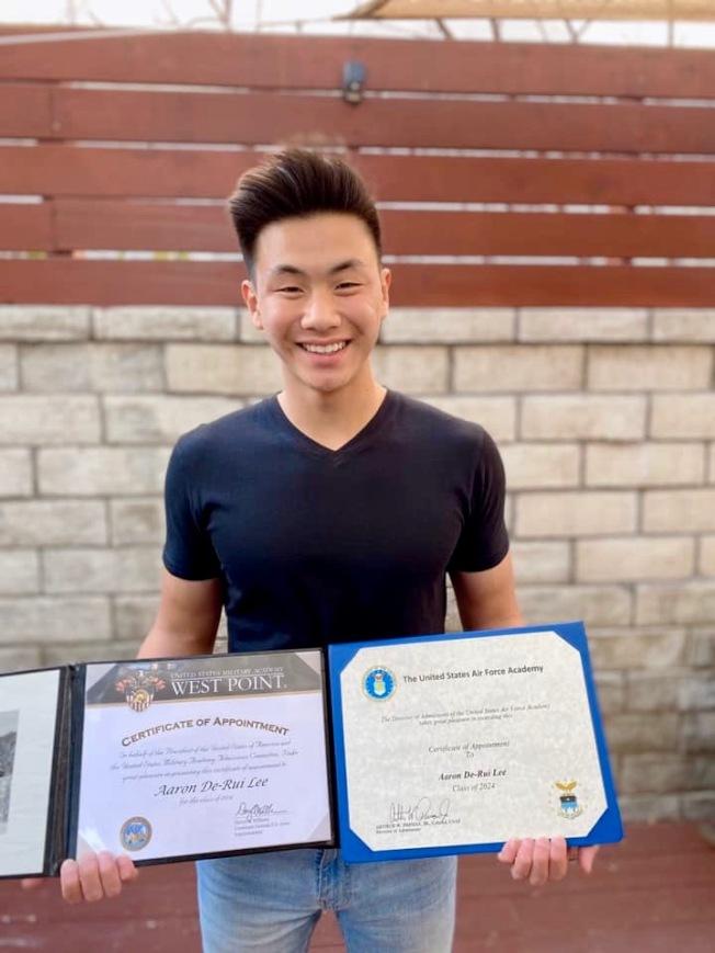 亞凱迪亞高中華裔生李德睿歡喜展示三份軍校的錄取通知。(李德睿提供)