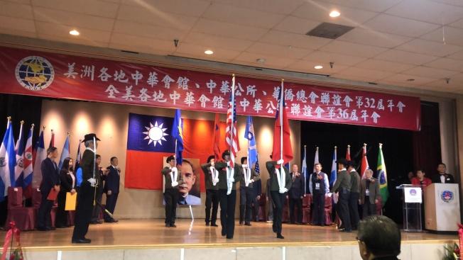 護旗手舉著國旗入場,大會正式拉開帷幕。(記者王若然╱攝影)