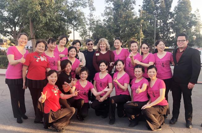 核桃土風舞社日前參加核桃市舉辦的歡慶中國新年活動。圖為成員表演完後與市議員合影。(核桃土風舞社提供)