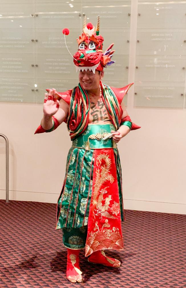 在「月夜仙蹤」音樂劇中演出龍的華裔演員戴彌樂。(本報記者╱攝影)