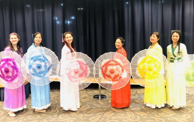 奧蘭多中央圖書館慶春節,舞蹈六月茉莉雨傘舞表演。(中華學校提供)
