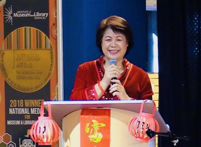 奧蘭多中央圖書館慶春節,中佛州中華學校校長梁桂台介紹鼠年。(中華學校提供)