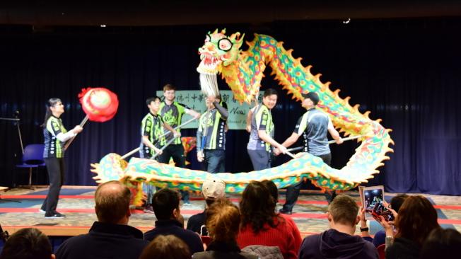 奧蘭多中央圖書館慶春節,中佛州中華學校學生表演舞龍。(中華學校提供)