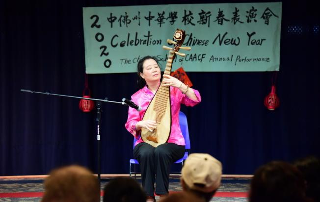 奧蘭多中央圖書館慶春節, 楊劍萍老師彈琵琶名曲「十面埋伏」。(中華學校提供)