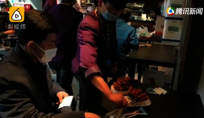 蘭州一家烤串店恢復營業,食客在店內用餐。(視頻截圖)