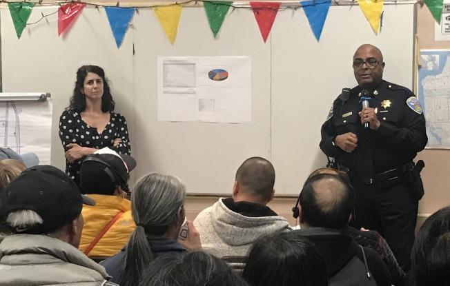 市議員盧凱莉(左)邀請灣景分局長丹吉弗德在肖化區舉行治安會議,公開指責再有欺凌攻擊華裔老人事件發生。(記者李秀蘭/攝影)