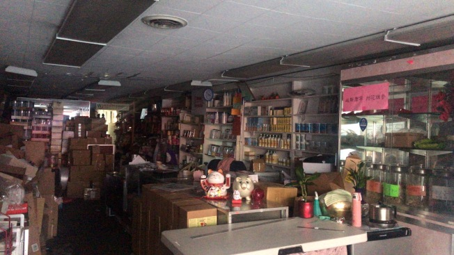 位於市德頓街和沙加緬度街交界處地段的世界書局於24日停電一個半小時,停電期間店內一片漆黑。(記者黃少華/攝影)