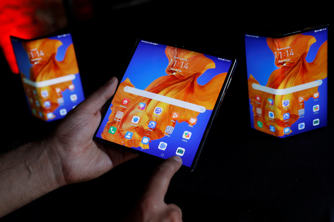 華為推出螢幕更堅固、品質更高的升級版摺疊手機Mate Xs。(路透)