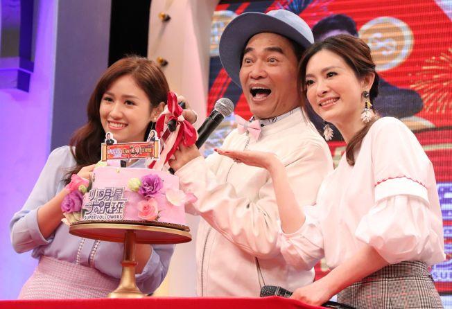 圖為吳宗憲(中)和Sandy(左)主持的中天「小明星大跟班」播出滿2周年時,劉真是神祕來賓。 (圖:中天提供)